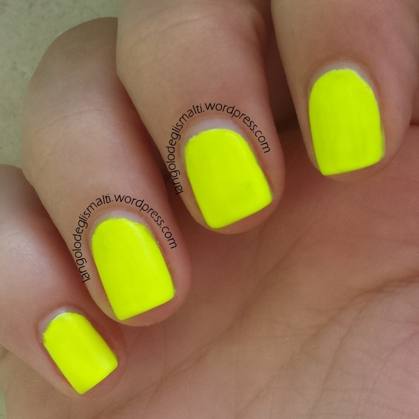 Bershka - Nail Matt Neon - Giallo Fluo - 1 white base coat + 3 coats - direct sunlight